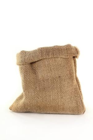 sacco juta: un sacco di tela vuota su uno sfondo bianco