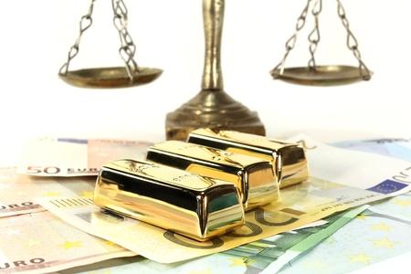 billets euros: Lingots d'or et les billets en euro sur un fond clair Banque d'images