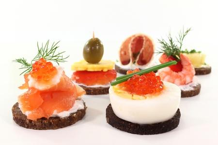 salmon ahumado: canapés diferentes sobre un fondo blanco