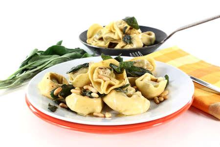 pignons de pin: Tortellini � feuilles de sauge frites et noix de pin
