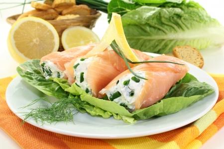 cebollin: Rollos de salm�n con queso crema y cebollino