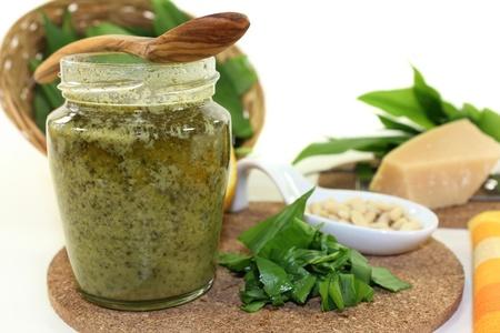 pignons de pin: Pesto d'ail sauvage avec des noix d'ail et de pins sauvages fra�ches Banque d'images