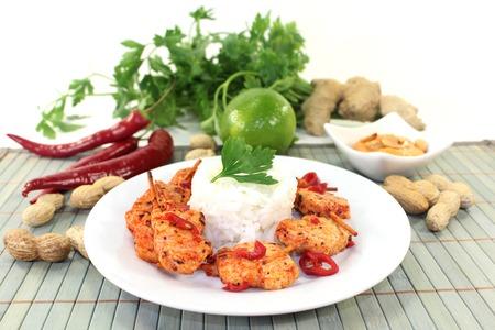 chiles picantes: Brocheta con pimientos en un plato blanco
