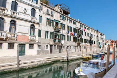 A row of houses on the canal in the middle of Venice Stok Fotoğraf - 148167927