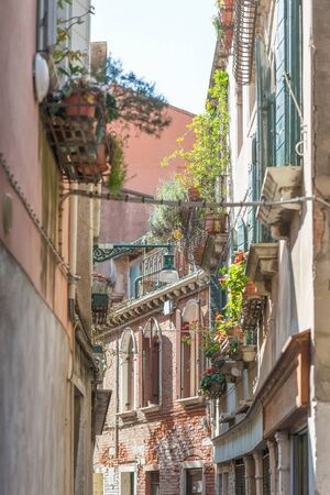 An alley between apartment buildings in the city of venice Stok Fotoğraf - 148180123