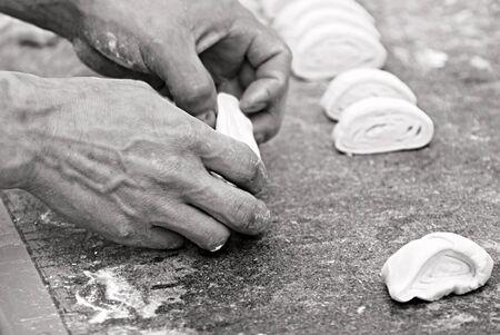 making bread: Baker fare il pane