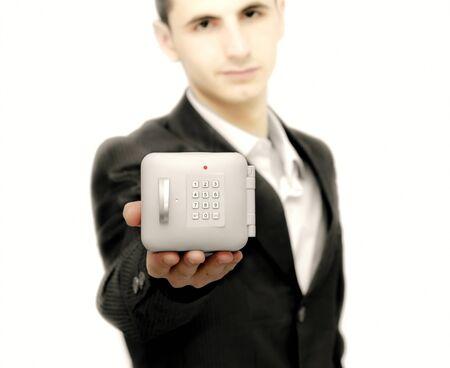 mano derecha: Joven hombre de negocios con una caja fuerte en la mano derecha