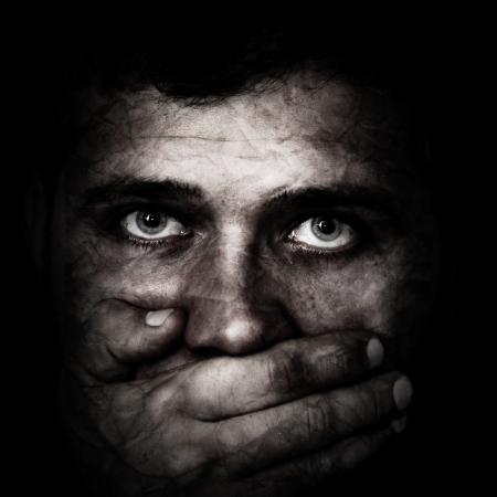 diritti umani: Concetto sul traffico di esseri umani: NOTE-Tutto ci� che il mio sguardo, come artefatti � voluto aggiungere alla composizione e effect.Texture grano � stato aggiunto
