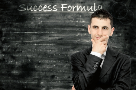 성공을위한 공식을 생각하고있는 젊은 사업가 스톡 콘텐츠