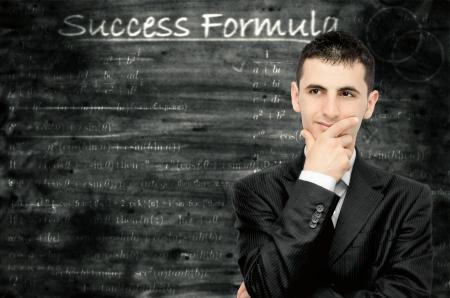 hombre estudiando: Un joven empresario que est� pensando en una f�rmula para el �xito