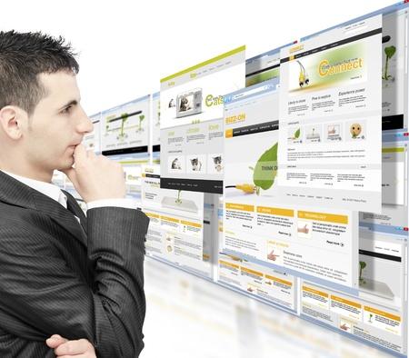 젊은 사업가 시청 웹 사이트는 흰색 배경에 고립