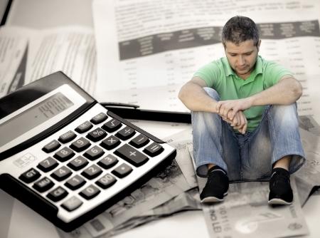 Jeune homme avec crainte de factures Banque d'images