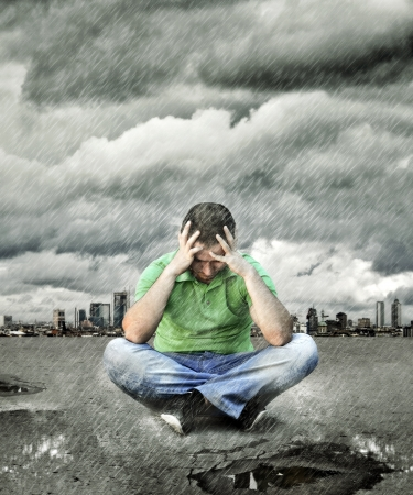 persona deprimida: Joven que se sienta en el asfalto y el pensamiento