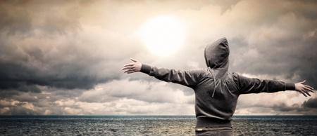 Mar abierto con una chica alzando los brazos Foto de archivo