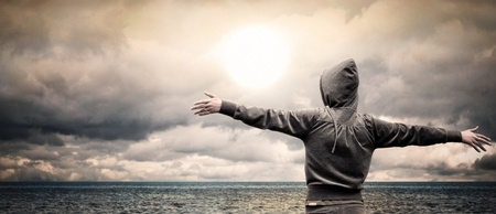 Open oceaan met een meisje de opvoeding van haar armen Stockfoto
