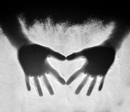 밀가루에 마음을 만드는 두 손 스톡 콘텐츠