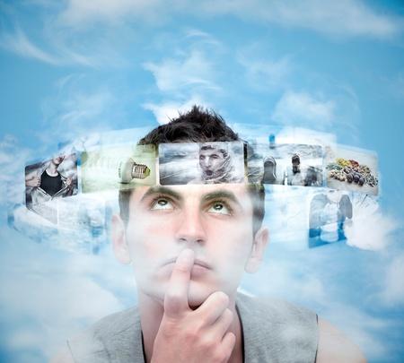Giovane uomo analizzando le foto contro il cielo blu