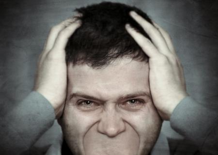 hombre preocupado: El hombre joven tratando de gritar, pero no tiene boca