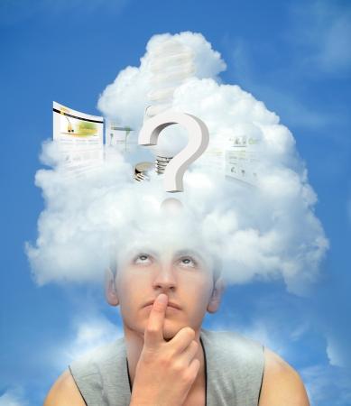 구름 생각에 머리와 함께 젊은 남자