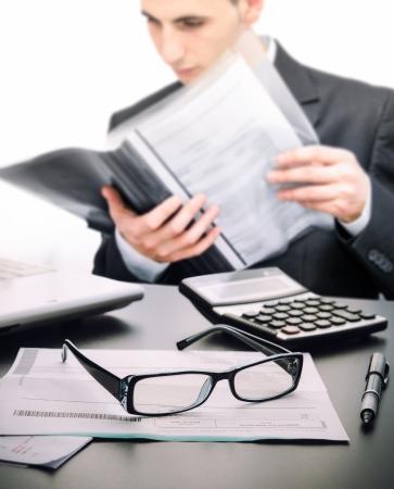 법적 계약을 읽고 사무실에서 계정 관리