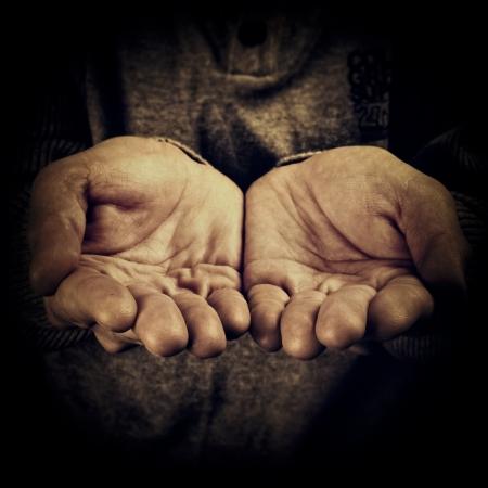 manos sucias: mano de una persona pidiendo