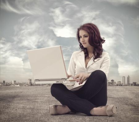 노트북과 함께 앉아 및 작업 경제인