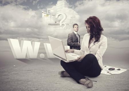 website: Mann und Gesch�ftsfrauen au�erhalb der Arbeitszeit mit Cloud computing.All Elemente in meinem Portfolio gefunden werden