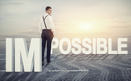 Concept ter illustratie van een man lopen in de richting van opportuniteit