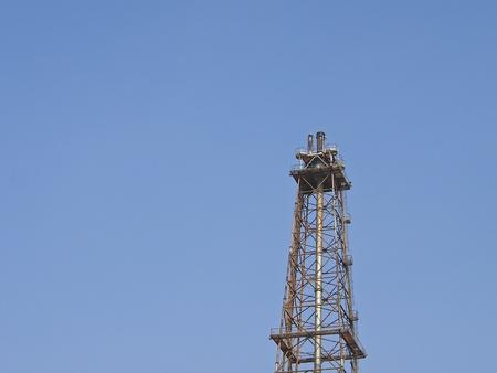 distillation: torre de destilaci�n en el cielo azul y la luz solar