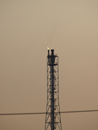destilacion: torre de destilaci�n de refiner�a en la noche el cielo