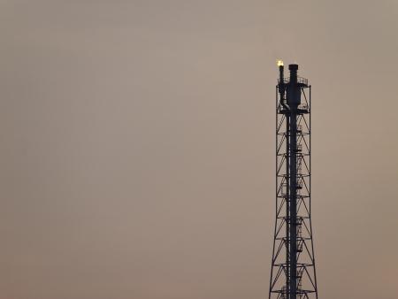 destilacion: torre de destilaci�n de refiner�a en el cielo crepuscular