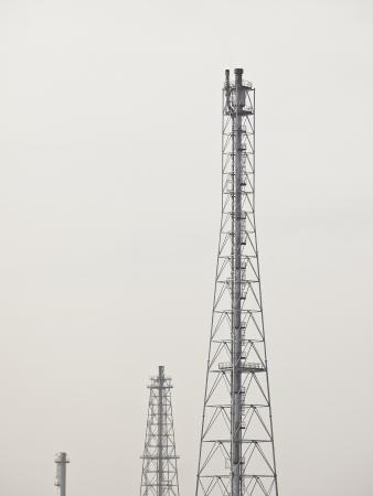destilacion: grupo de alta torre de destilaci�n en el cielo blanco Foto de archivo