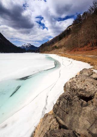 frozen lake: De bevroren Lake Montriond beginnen te ontdooien in het voorjaar, in de Franse Alpen Stockfoto