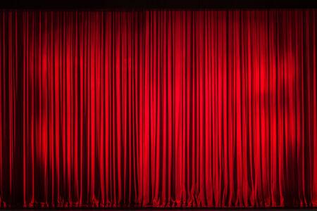 sipario chiuso: Chiuso il sipario rosso sul palco della serata di apertura