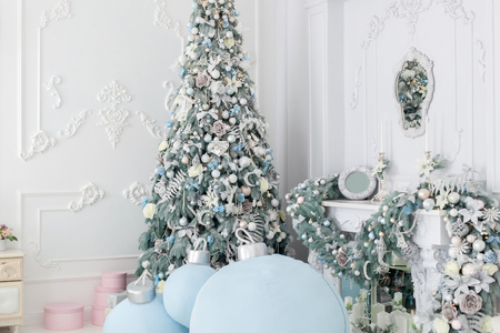 Beautiful Christmas tree stands near the fireplace in the corner of the room. Banque d'images - 117954610