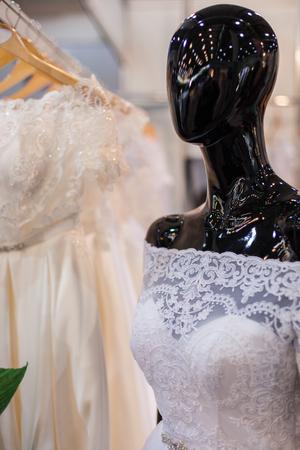 Mannequin in a wedding dress in a wedding salon. Imagens