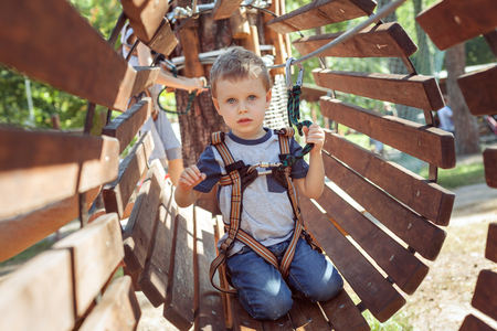 Little boy on an obstacle in an extreme park. Banque d'images - 117956134