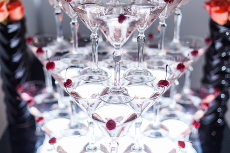 Pyramid from glasses with martini on party. Banque d'images - 117956135
