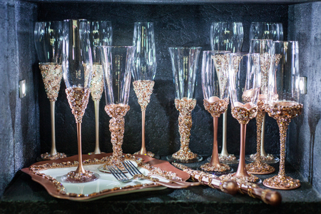 Still life of glasses inlaid with gold and precious stones. Banque d'images - 117956136