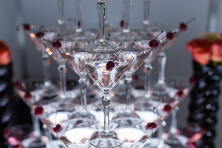 Pyramid from glasses with martini on party close up. Banque d'images - 117956137