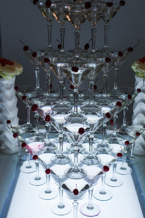 Pyramid of martini glasses with cherries on a holiday. Banque d'images - 121821256