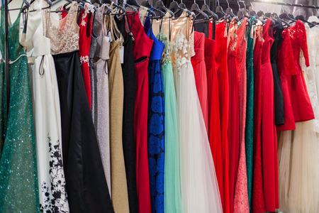 Piękne eleganckie suknie wieczorowe na wieszakach w salonie. Zdjęcie Seryjne