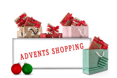 Weihnachtsgeschenke und Christbaumkugeln mit Karte Standard-Bild - 66308613