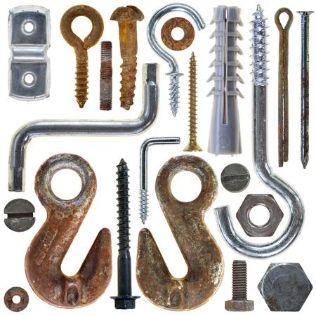 pernos: cabezas de tornillos oxidados tuercas tornillos en el fondo blanco
