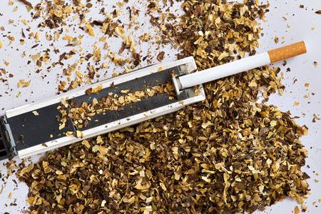 Machine de fabrication de cigarettes et le tube de cigarette