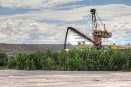 paesaggio industriale: Idilliaco paesaggio industriale - cielo aperto e la linea elettrica