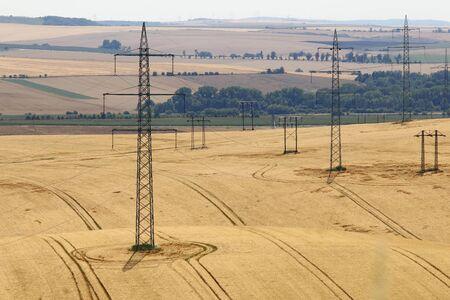 torres el�ctricas: Torres de alta tensi�n en los campos