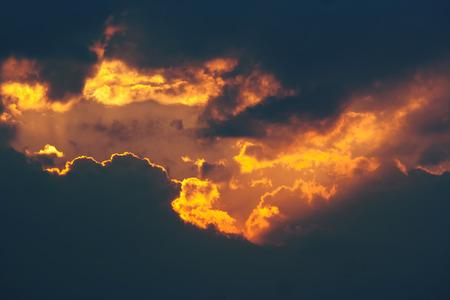 Feuriger Bruch in den dunklen Wolken