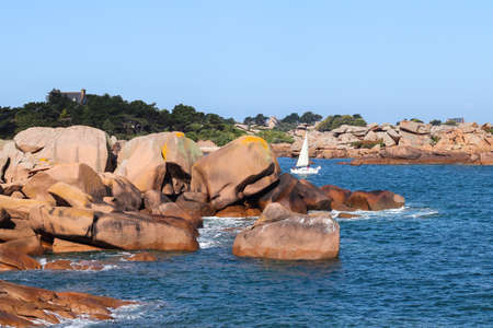 Boulders on the Cote de Granit Rose - Pink Granite Coast - great natural site of Ploumanach, Ploumanach, department Cotes-d'Armor, Brittany, France 版權商用圖片