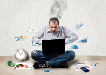 performs: uomo d'affari che svolge diversi lavori contemporaneamente al computer